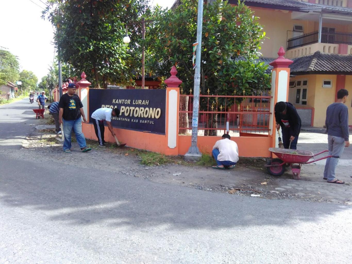 Pelaksanaan Gotong Royong Menjaga Kebersihan Lingkungan Desa